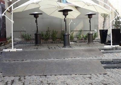 چتر، وسیلهای نیم کروی شکل است که برای محافظت فرد یا چیزی از باران یا نور آفتاب استفاده میشود